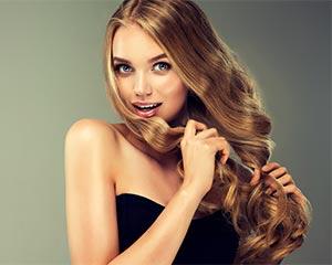 Mooi vrouwelijk model met krullend blond haar.